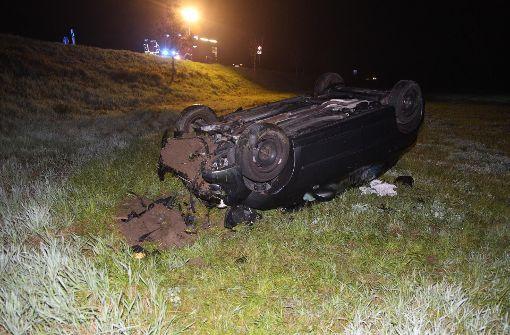 Autofahrer stürzt Böschung hinab
