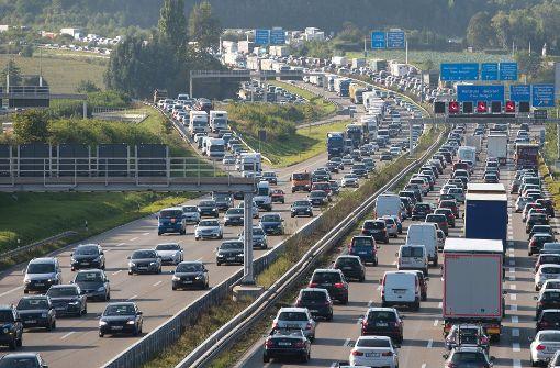 A8 bei Bad Ditzenbach: Ausraster auf Autobahn: Nackter Mann rennt über Autos