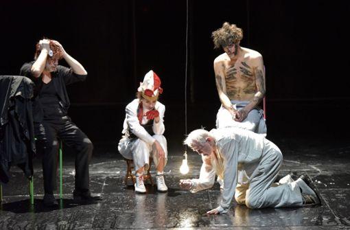 Der König am Boden: Martin Schwab als Lear (vorne) mit Peter René Lüdicke, Lea Ruckpaul und Lukas T. Sperber (von links) Foto: Thomas Aurin