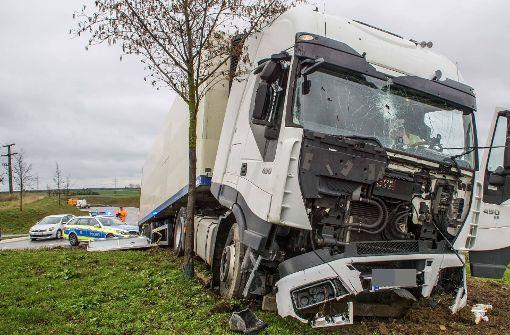 Wieder Unfall mit Lkw im Kreisverkehr