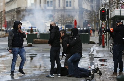Zu einer Schweigeminute haben sich am Mittwoch in Brüssel vor der Börse am Place de la Bourse viele Menschen versammelt. Hier kam es am Sonntag auch zu einem Zwischenfall mit Hooligans. Foto: AP