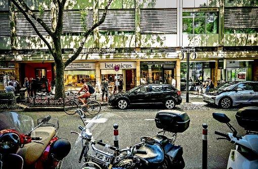 Aus der Eberhardstraße werden die Autos wahrscheinlich nie ganz verschwinden. Das Parken dürfte aber verboten werden – ob auch für Elektroautos, weiß noch niemand Foto: Lichtgut/Leif Piechowski