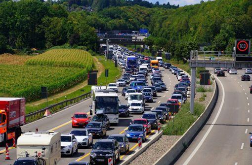 Bei einem Unfall auf der Autobahn A 8 Richtung München ist ein Lastwagen aus bislang ungeklärter Ursache umgekippt. Foto: Andreas Rosar Fotoagentur-Stuttg