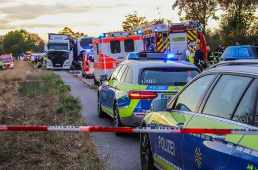 Der Bus war aus unbekannten Gründen auf einer Landstraße auf die Gegenfahrbahn geraten. Foto: 7aktuell.de/Fabian Geier