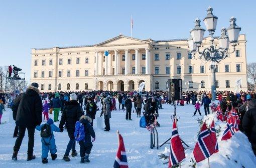König Harald V. und Königin Sonja (beide 78) haben den riesigen Hof in ein Schneeparadies verwandeln lassen... Foto: dpa