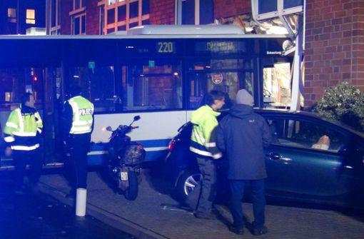 Bus kracht in Bankfiliale – Experten suchen Unfallursache