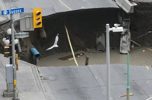 Massiver Krater verschluckt Straße in Ottawa