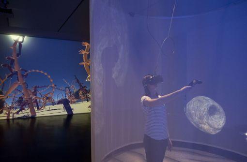 Ungewohnte Erfahrung: die Ausstellungsbesucher können eine VR-Brille anziehen, um in die virtuellen Räume zu reisen.  Foto: Kunstmuseum
