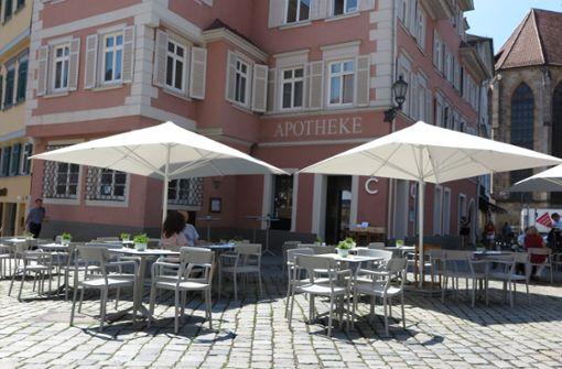 bCosmopolita/b Im a href=https://www.stuttgarter-zeitung.de/inhalt.cosmopolita-in-esslingen-weltbuergerlich-essen-beim-neuen-italiener.76ddaeaa-acb5-41e6-a08b-ab53f231eb80.html target=_blankCosmopolita/a von Restaurantaltmeister Salvatore Marrazzo wird italienische Küche auf hohem Niveau serviert. Im Außenbereich direkt zum Marktplatz hin gibt es rund 40 Sitzplätze.    Marktplatz 25, Esslingen, Telefon 0711/66468020, Montag bis Freitag 12 bis 14:30 und 18 bis 23:30, Sa 12-23:30 Uhr. a href=https://www.cosmopolita.restaurant/ target=_blankwww.cosmopolita.restaurant/a Foto: Waldow