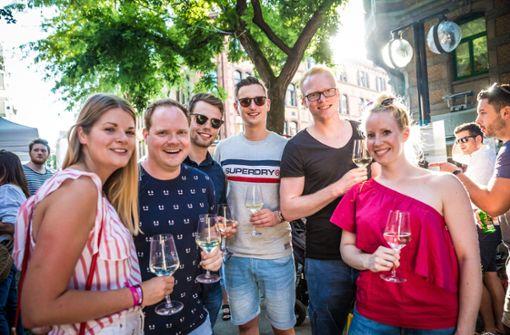 Hoch die Gläser: Diese Besucher lassen es sich auf dem Heusteigviertelfest gut gehen. Foto: Lichtgut/Julian Rettig