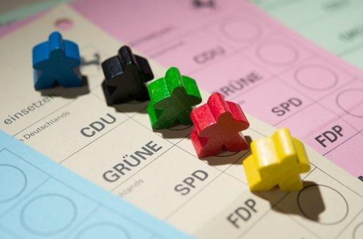 Bunter Südwesten: Farbige Spielfiguren stehen  auf Wahlscheinen für die Landtagswahl in Baden-Württemberg. Foto: dpa
