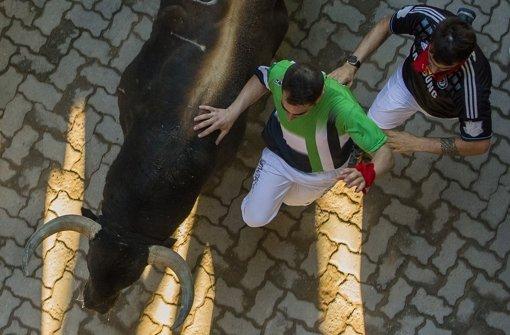 Alle Jahre wieder: Stierhatz in den Gassen von Pamplona Foto: AP