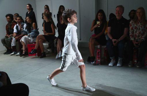 Ein kleiner Junge läuft in New York über den Laufsteg und präsentiert Teile der neuen Kollektion von Liu Jia. Foto: GETTY IMAGES