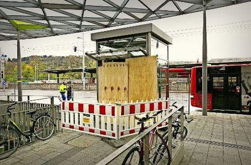 Die Bretter, die den Aufzug verschließen, werden auch am Weihnachtsmarkt nicht abgenommen. Foto: Horst Rudel