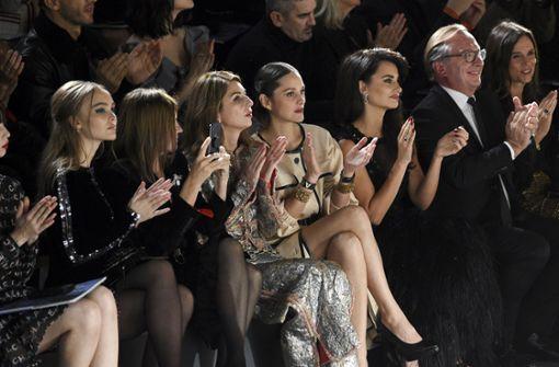 Die besten Plätze in der Front-Row waren bei der Chanel-Show für Model Lily-Rose Depp (links) und die Schauspielerinnen Marion Cotillard (Mitte) und Penelope Cruz (dritte von rechts) reserviert. Foto: Invision