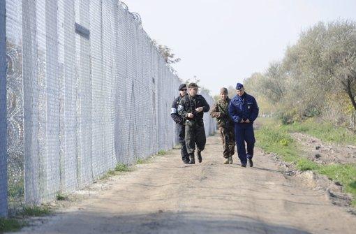 Gemeinsam patroullieren ein tschechischer Polizist, ein slovakischer Polizist, ein ungarischer Soldat und ein ungarischer Polizist an der Grenze von Ungarn und Serbien. Foto: dpa