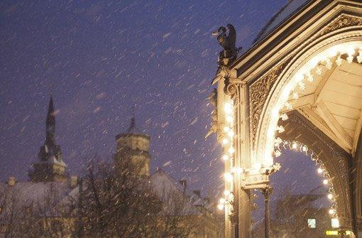 Die Stadt hüllt sich in winterliches Weiß