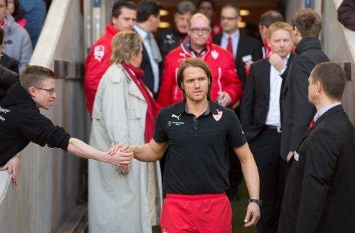 Stuttgarts Trainer Thomas Schneider (Mitte)  vor dem Spiel gegen Braunschweig: Der Druck war am Ende zu groß. Klicken Sie sich durch unsere Noten für die Roten. Foto: dpa