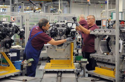 Im Daimler-Werk Untertürkheim kam es im Sommer zu einer heftigen Auseinandersetzung, weil die Beschäftigten auch Teile für Elektroautos herstellen wollen. Foto: dpa