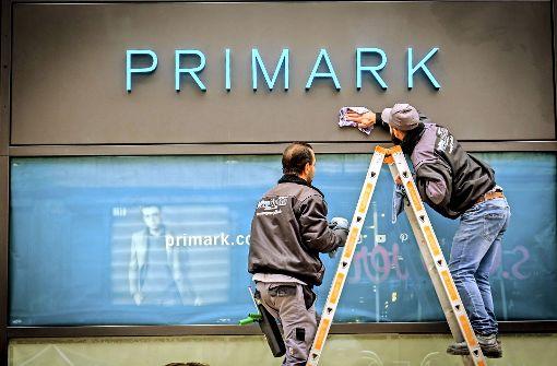 Kritiker stellen Container für  Primark-Wegwerfware auf