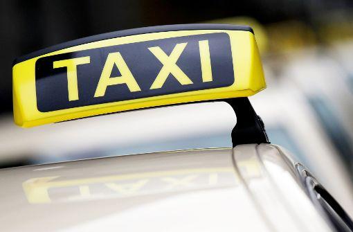 Taxi verursacht Unfall und flüchtet