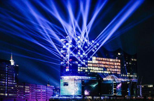 """Zur feierlichen Eröffnung am 11. Januar in Hamburg wurde am Abend eine Lichtshow auf und an der Fassade der """"Elphi"""" – so der Spitzname der Elbphilharmonie – gezeigt. Foto:  Foto: dpa"""