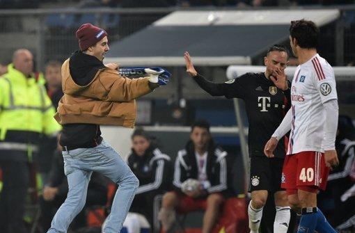 Fan schlägt Bayern-Star Schal ins Gesicht