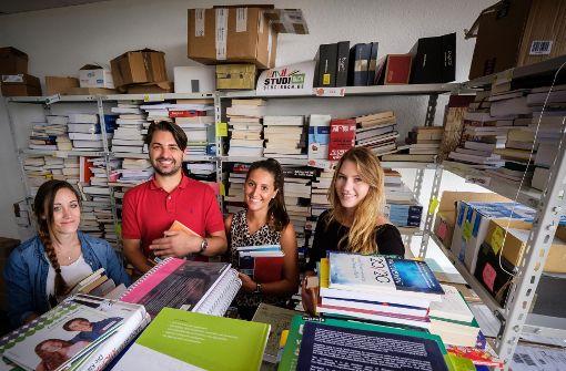 Die Studibuch-Mitarbeiter (v.l) Sabrina Ratz, Gründer Lutz Gaissmaier, Vanessa Kierok, und Maike Haala. Foto: Lichtgut/Achim Zweygarth