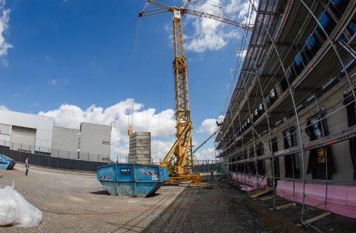Der Neubau des Prozessgebäudes (rechts) am Gefängnis Stammheim. Foto: dpa