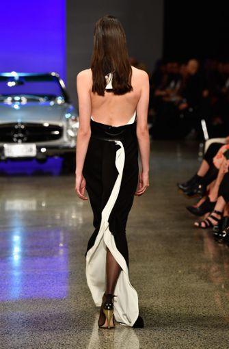 Dieses Kleid überzeugt nicht nur in seiner schwarz-weiß Kombination, sondern auch in einem ganz besonderen Schnitt.  Foto: Getty Images AsiaPac
