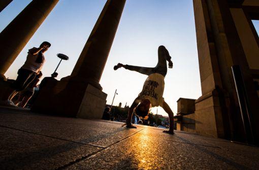 """Bei der Premiere zum Film """"Willkommen in der Mutterstadt"""" wird vor dem Stadt Palais in Stuttgart gebreakdanced.  Foto: Lichtgut/Christoph Schmidt"""