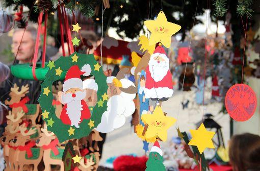So bunt wird es nicht mehr aussehen. Der Weihnachtsmarkt 2017 auf dem Kirchplatz ist  nun doch abgesagt. Foto: Chris Lederer