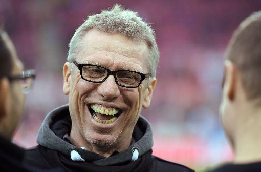 Trainer Stöger lacht über eigene Spieler