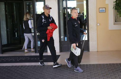 Nicolas Gonzalez (l) und Santiago Ascacibar verlassen das Hotel. Foto: Pressefoto Baumann