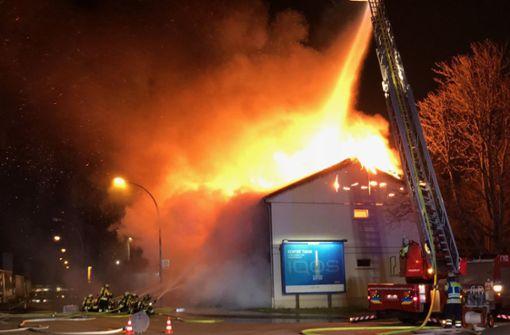 Flüchtlingsunterkunft steht in Flammen