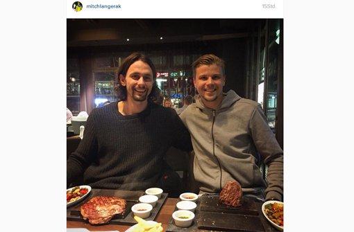 Neven Subotic (links) und Mitch Langerak zusammen beim Essen in Stuttgart.  Foto: https://www.instagram.com/mitchlangerak/