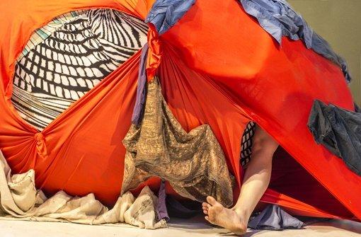 Aus einem Stoffobjekt der Künstlerin  Nora Haser, ragt der Fuß der  Tänzerin Marina Grün Foto: Uka Meissner