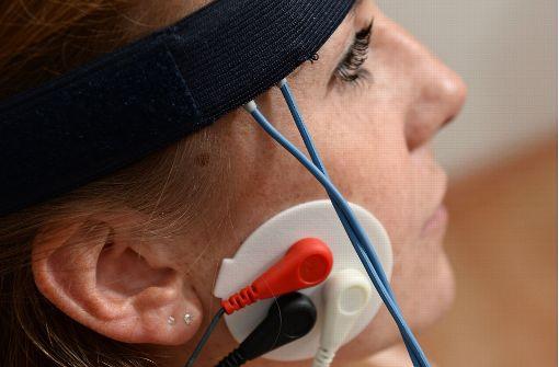 Ordentlich verkabelt: Beim Biofeedback werden körperliche Signale gemessen. In einem zweiten Schritt sollen Patienten lernen, diese zu beeinflussen. Foto: dpa
