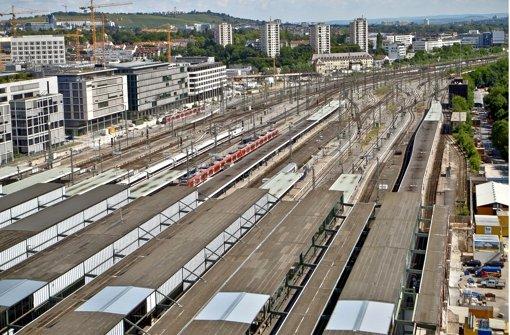 Die aus statischen Gründen entfernten Glasscheiben in den Dächern über den Bahnsteigen sollen bald alle durch Schutzfolien ersetzt sein. Foto: Peter Petsch