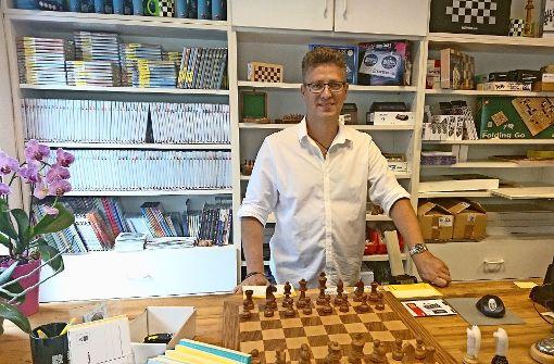 Sotirios Stavridis in seiner Welt, dem Schachdepot im Stuttgarter Westen. Foto: Björn Springorum