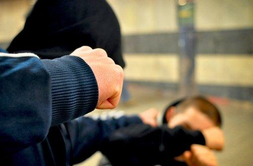 Ein 32-jähriger Passant wurde in der Nacht auf Sonntag in der Stuttgarter Innenstadt von vier unbekannten jungen Männern brutal zusammengeschlagen. (Symbolbild) Foto: Regio - Philipp Weingand