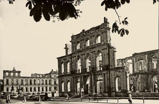 Nach dem Krieg war das Neue Schloss jahrelang eine Ruine.  Foto: Fritz Gramm