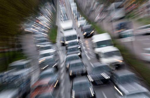 Der Verkehr staute sich kilometerweit auf der A8 und der A81. Foto: dpa