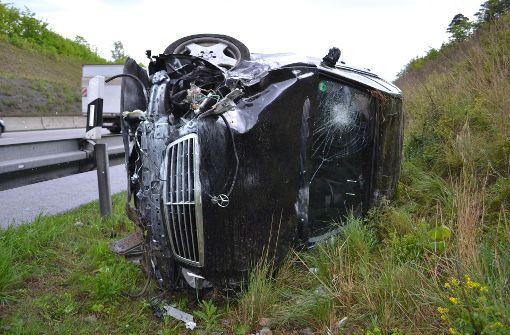 Durch Regen von der Fahrbahn abgekommen: Schwerer Unfall auf der A8