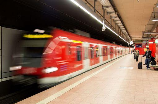 Leuchtende Bahnsteigkante soll S-Bahn pünktlicher machen