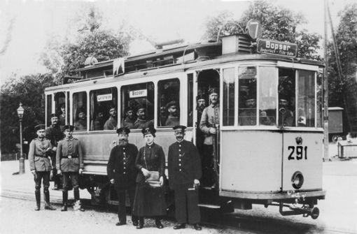 Soldaten in der Straßenbahn! Diese Genesenden fahren im Sonderwagen. Der Fahrer rechts neben der Schaffnerin trägt die abnehmbare Fahrkurbel in der Hand (um 1915). Foto: SSB