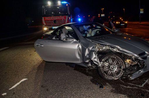 Mercedes schleudert über Verkehrsinsel und prallt gegen Laternenmast