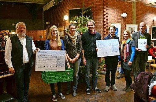 Thomas Richter-Alender (links) und Stephan Mühlich (rechts) überreichen den Studenten von Foodsharing und Global Campus den Förderpreis. Foto: Sandra Hintermayr