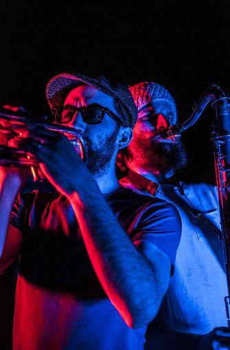 Pop meets Jazz: Mit ihrem Funk- und Soul-Programm probiert sich die Uni Big Band Stuttgart an einer Neuinterpretation von Hits wie Treasure, Uptown Funk oder Rehab. Wer neugierig ist, wie die Ohrwürmer von Bruno Mars und Co. klingen, wenn zwei Soulröhren auf 17 passionierte Jazzer treffen, kann am Freitag um 21 Uhr im Café Faust vorbeischauen. Foto: Hits Only Gig_© Uni Big Band