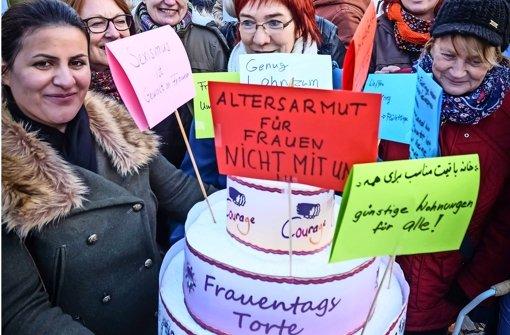 Mit Forderungen gespickte Torte vom Frauenverband Courage. Foto: Lichtgut/Achim Zweygarth